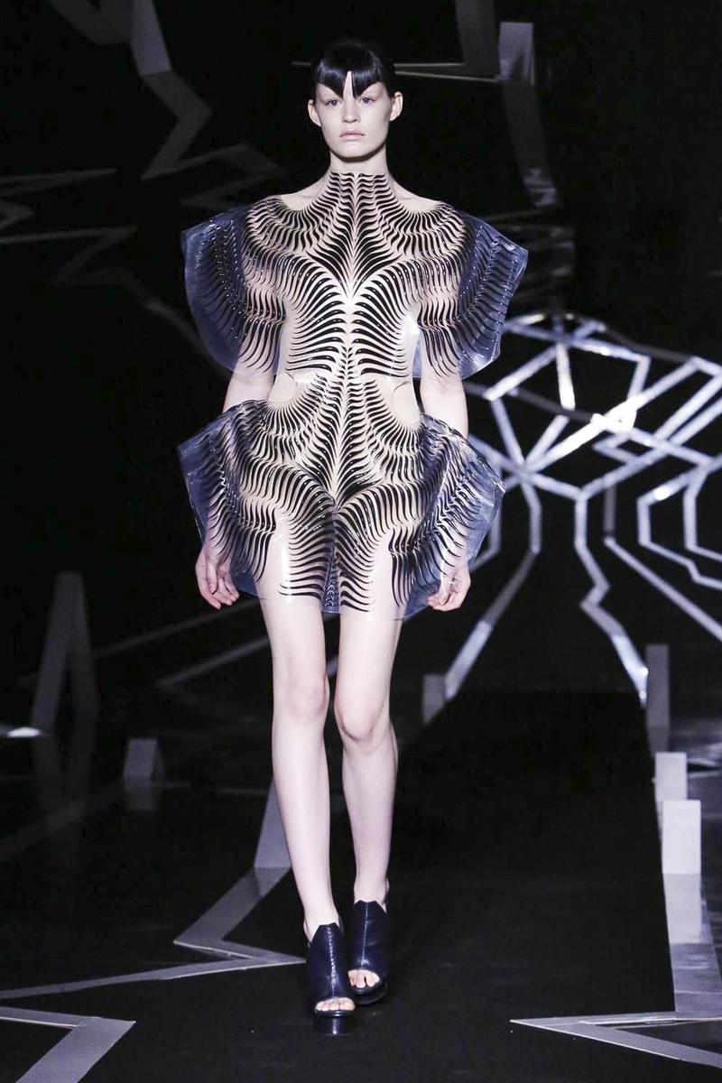Iris-Van-Herpen-Couture-SS17-Paris-4943-1485174535-bigthumb